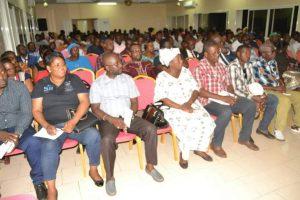 Les militants du parti au pouvoir, écoutant la communication du secrétaire provincial