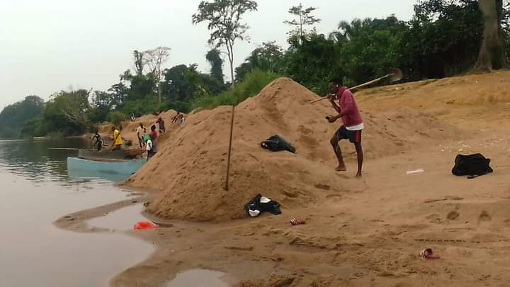 Activités de vacances : Les jeunes de Mouila s'adonnent à l'extraction du sable